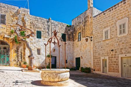 Well at Misrah Mesquita square in Mdina, Malta Imagens - 75250821