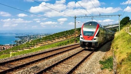 Train dans le vignoble Terrasse de Lavaux au lac Léman et les Alpes suisses, district de Lavaux-Oron, Suisse Banque d'images - 76153578