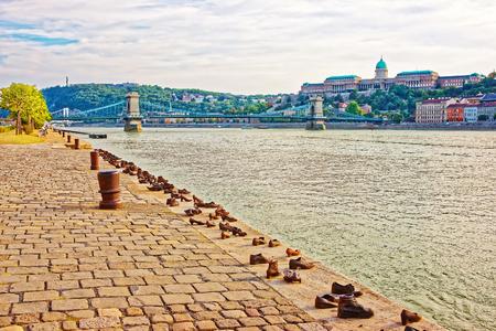 Mémorial de l'Holocauste, le château de Buda et le pont des chaînes sur le Danube à Budapest, en Hongrie Banque d'images - 75175176