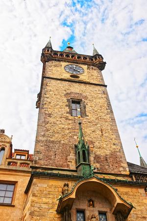 チェコ共和国プラハ市中心部にタワーの古い市庁舎 写真素材