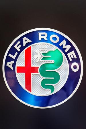 Firenze, Italia - 17 ottobre 2016: segno di Alfa Romeo Giulia Quatrifoglio auto italiana, Firenze, Toscana, Italia Archivio Fotografico - 83198390