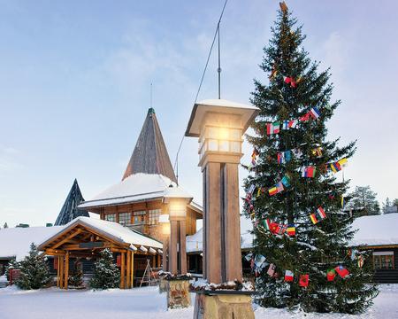 冬の北極圏のラップランド、フィンランド、スカンジナビアでは、クリスマス ツリーとサンタ村のサンタ クロース オフィスで提灯。 写真素材