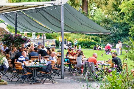 Bern, Switzerland - August 31, 2016: People relaxing at open air cafe in old city center of Bern, Bern-Mittelland, Switzerland 新聞圖片