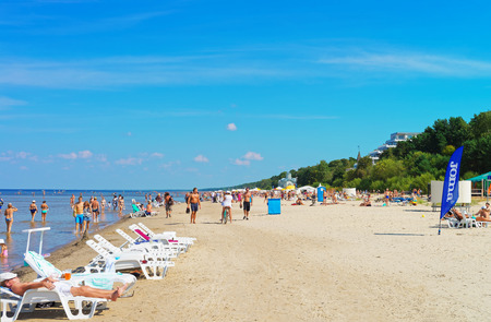 Jurmala, Latvia - August 18, 2013: People at the Baltic sea in Jurmala, Latvia recreational resort, Baltic country Banque d'images