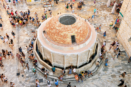 Dubrovnik, Croatia - August 19, 2016: People at Large Onofrio Fountain on the Square at Stradun Street in the Old city of Dubrovnik, Croatia 新聞圖片