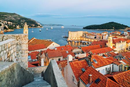 ドブロブニク旧市街、夜には、クロアチアのアドリア海とロクルム島 写真素材