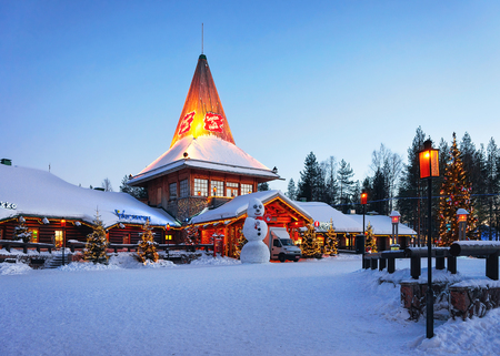 Rovaniemi, Finland - March 6, 2017: Snowman at Santa Office at Santa Claus Village, Rovaniemi, Lapland, Finland, on Arctic Circle in winter. In the evening. Outdoor Redactioneel