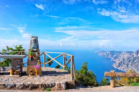 Belle côte de Positano et la mer Tyrrhénienne, côte amalfitaine, Italie Banque d'images - 91513243