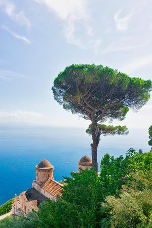 Uitzicht vanaf het terras aan de Thyrreense Zee, Ravello dorp, Amalfikust, Italië Stockfoto