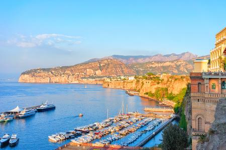 소렌토, 티레 니아 해, 아말피 해안, 이탈리아에서 마리나 그란데의 항구에서 일몰