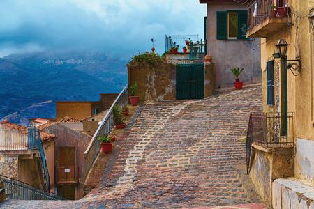 Comfortabele straat in Savoca-dorp, Sicilië, Italië Stockfoto