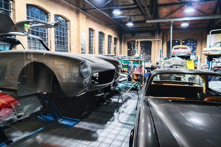 Berlin, Niemcy - 11 grudnia 2017: Retro samochodowy warsztat i warsztat w Berlinie, Niemcy