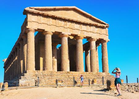 Agrigento, Italia - 22 settembre 2017: Donna che prende le foto del tempio della Concordia ad Agrigento in Sicilia, Italia Archivio Fotografico - 97497028