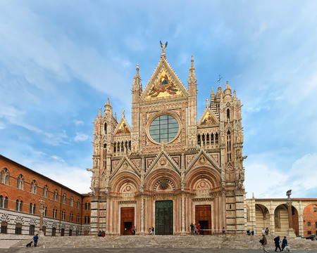 Siena, Italy - October 18, 2016: People at Siena Cathedral on Piazza del Duomo Square, Tuscany, Italy 新聞圖片