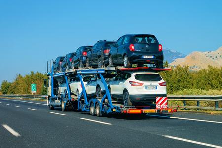 Rome, Italie - 4 octobre 2017: transporteur de voitures sur la route. Transporteur de camions