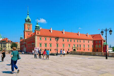 Varsovie, Pologne - 30 juillet 2018 : Les gens au Château Royal sur la place du Château dans la vieille ville de Varsovie en Pologne Éditoriale