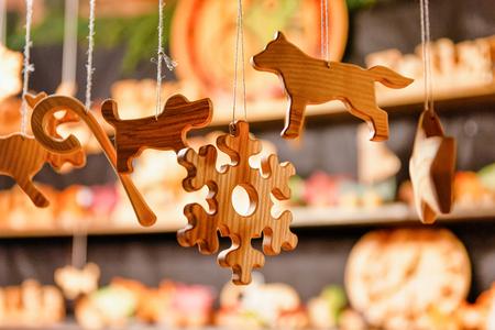 Kraam met houten speelgoeddecoratie en kerstmarkt, in de winter Riga in Letland.