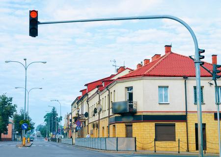 Paesaggio urbano con case lungo la strada in Polonia.