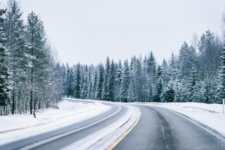 Auto in een weg in de besneeuwde winter Lapland, Rovaniemi, Finland Stockfoto