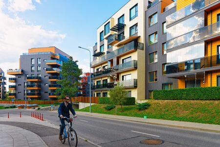 Vilnius, Litauen - 10. September 2018: Mann auf dem Fahrrad im modernen Mehrfamilienhaus.