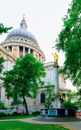 St Paul Cathedral and park in London city in the UK. View with English Church and parkland in Old town, United Kingdom. Basilica, England. Imagens
