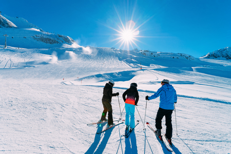People Skiers at Hintertux Glacier ski resort in Zillertal in Tyrol. Austria in winter in Alps. Friends at Alpine mountains with snow. Downhill fun. Blue sky and white slopes. Hintertuxer Gletscher. Stockfoto