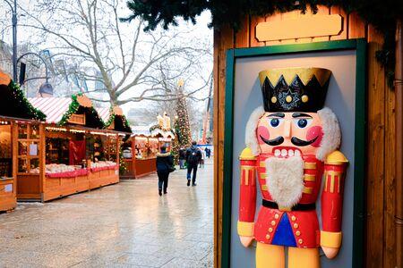 Notenkraker op kerstmarkt in Duitsland in Europa in de winter. Duitse Nachtstraat Xmas en vakantiebeurs in Europese stad of gemeente. Kaiser-Wilhelm-Gedächtniskirche, Berlijn Stockfoto