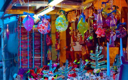 Kerstboomdecoratie souvenirs te koop in Riga nieuw