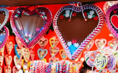 Gingerbread hearts cookies at Christmas Market at Charlottenburg Palace in Winter Berlin, Germany. Advent Fair Decoration and Stalls with Crafts Items on the Bazaar. Zdjęcie Seryjne