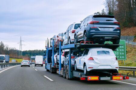 Camion de transport de transporteur de voiture sur le transport européen de route Banque d'images