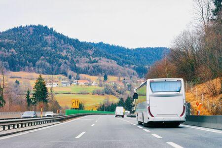 Bus touristique blanc en route sur autoroute