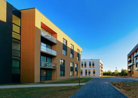Architettura della facciata delle case degli appartamenti residenziali e strutture esterne