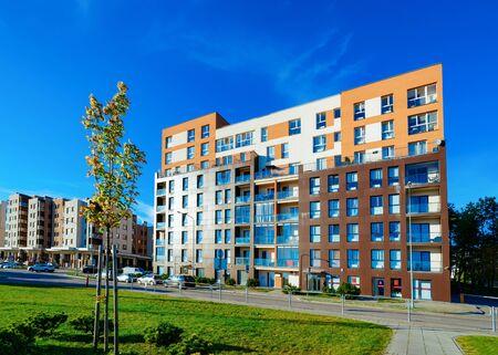 Edificio residencial de la casa de apartamentos y coches aparcados en la calle