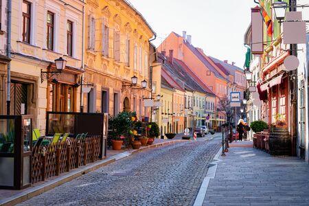 Straatcafés met tafels en stoelen in het oude stadscentrum van Ptuj in Slovenië. Architectuur en restaurants in Slovenija. Reis