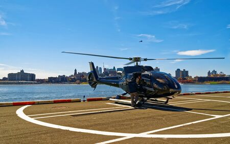 Helicopter landing at helipad. Skyline with Skyscrapers in Brooklyn Manhattan, New York City, America USA. American architecture building. Metropolis NYC. Cityscape. Hudson, East River NY 版權商用圖片