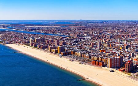 Luchtfoto vanuit helikopter op Long Island in het stadsgebied van New York, Amerika. Amerikaanse architectuur gebouw. Metropool NYC. Stadsgezicht. Hudson, East River NY. Symbool van vrijheid.