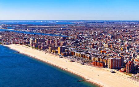 Luftaufnahme vom Hubschrauber auf Long Island im Stadtgebiet von New York, Amerika. Gebäude der amerikanischen Architektur. Metropole NYC. Stadtbild. Hudson, East River NY. Symbol der Freiheit.