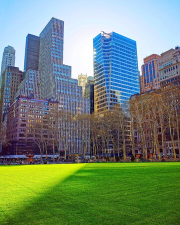 Skyline with skyscrapers and American cityscape in Bryant Park in Midtown Manhattan, New York, USA. United States of America. NYC, US. 스톡 콘텐츠