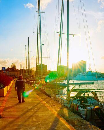 Coucher de soleil au port avec les navires de luxe d'Olbia reflex