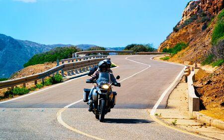 Motorrad auf der Straße in Costa Smeralda Reflex