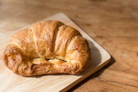 jamon y queso: Croissant Queso Jam�n en plato de madera