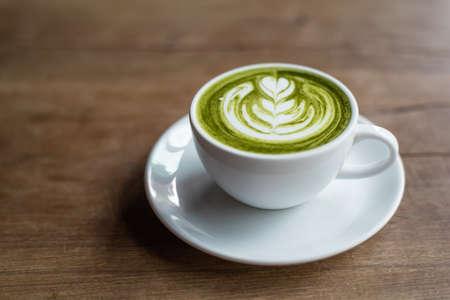 taza de te: latte matcha en el fondo de madera
