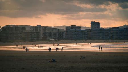 People strolling along Laredo beach at sunset, Cantabria, Spain 版權商用圖片