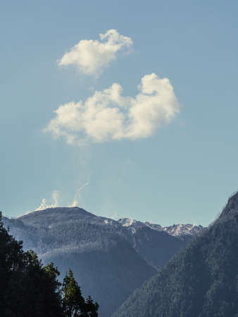 Fumar Volcán Chaitén activo al atardecer en el Parque Nacional Pumalín - Chile, Patagonia Foto de archivo