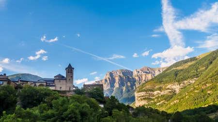 Torla Ordesa, church with the mountains at bottom, Pyrinees Spain Foto de archivo