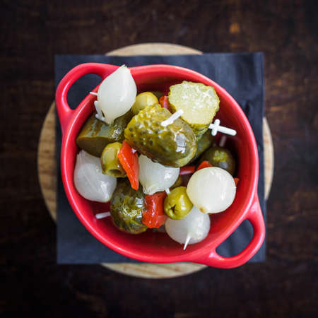 spanish banderillas, skewers with pickling olives, garlic, pickles, onion and red pepper, tapas 免版税图像 - 131750008
