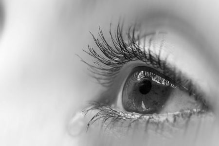 occhi tristi: occhio nero bianco Archivio Fotografico