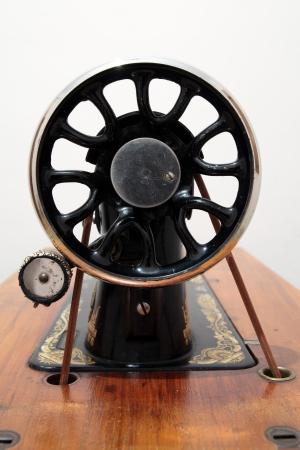 detalle de una vieja m�quina de coser photo