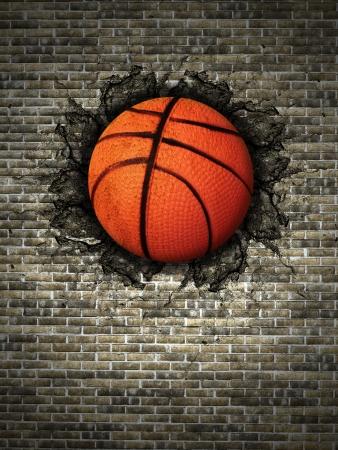 baloncesto: baloncesto incrustado en una pared de ladrillo Foto de archivo