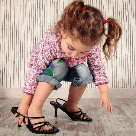 mom 靴を持つ少女 写真素材